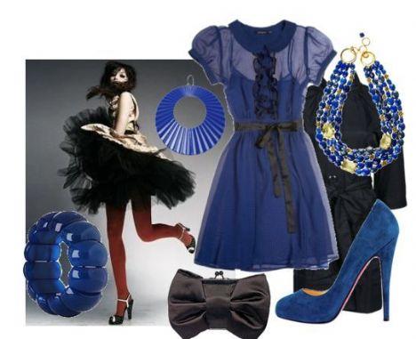 Mavi ve siyah da birbirine yakışır. Elbisenin siyah kurdelasına dikkat edin!